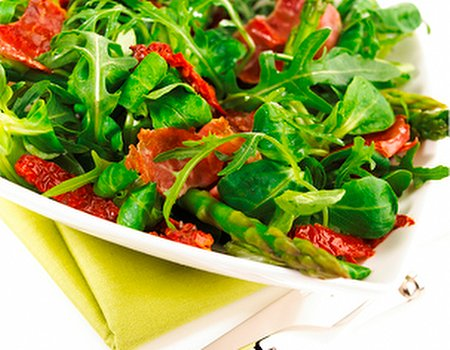 Duo lambs lettuce and rocket with asparagus and pancetta